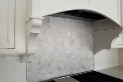 ONYX FRANCE Arabesque-backsplash-white-statuary-calacata-min-1
